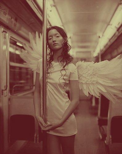 La chica morena y el anuncio del tren